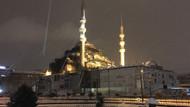 İstanbul'da kar yağışına rağmen balık tuttular