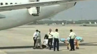 Çin'de akıl almaz olay.. Hostes uçaktan düştü!