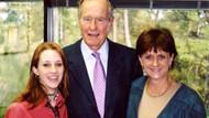 Bush bu fotoğraf çekilirken genç kızın kalçasını sıkmış