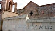 Kilise duvarında skandal yazılar: Papaz pilav yemez