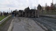TEM Otoyolu'nda kamyon devrildi: 1 yaralı