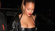 Kilolarını takmayan Rihanna'nın cesur kıyafeti
