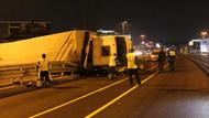 Son dakika: Metrobüs yoluna TIR devrildi: 1'i ağır 3 yaralı