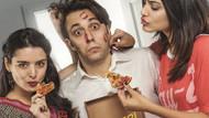 Pizzacı gencin iki seksi kızla imtihanı: Paket Servis Kats Sahne'de