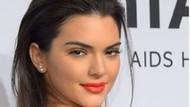 Kendall Jenner transparan elbisesiyle defileye damga vurdu