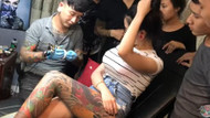 Dövme yaptırırken memesi patlayan kadın