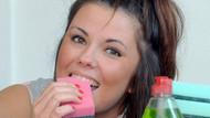 20-25 tane bulaşık süngerini sabunla yiyor