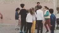 Özel harekat polisi çocuklarla saklambaç oynuyor