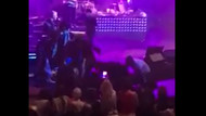 Kenan Doğulu konser sırasında sahneden düştü