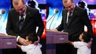 Erdoğan kürsüde konuşurken ilginç olay: Çocuk Erdoğan'a sarılınca