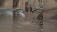 İstanbul'da sel sularında işe gidebilmek için yüzen adam!