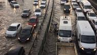 Şiddetli yağmurla E-5'i su bastı, trafik durdu