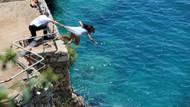 Denize atlayan genç kızı tişörtünden yakaladı ama tutamadı!