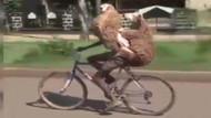 Kurbanlık koyunları bisikletle taşıyan adam görenleri hayrete düşürdü