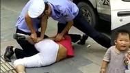 Halk, çocuklu kadını döven polisi linç etti