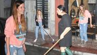 Ferhan Şensoy, elinde kova, ayağında terlikle sokağı yıkadı