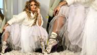 Jennifer Lopez'den 5 bin liralık çoraplarla hanım ağa pozu