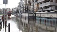 İzmir'de fırtına: Deniz taştı, işyerlerini su bastı