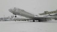 Uçağın kuyruk ve arka bölümünde kar birikti,  burnu havaya kalktı