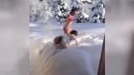 Genç kızların yeni çılgınlığı: Soyunup karların üstüne atladılar