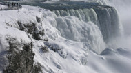 Buzla kaplanan Niagara Şelalesi'nin muhteşem görüntüsü