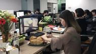 Tıklanma rekoru kırdı! Sosyal medya fenomeni ofiste tavuk pişirdi