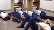 Kabin ekibi tüm geceyi yerde uyuyarak geçirdi