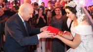Devlet Bahçeli'den düğün şahitliğini yaptığı çifte Türk Bayrağı hediyesi