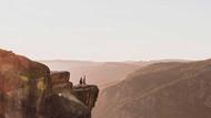 Evlilik pozu vermek isteyen çift 900 metre aşağıya düştü