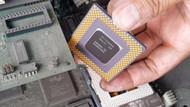 Eski bilgisayar parçalarını toplayıp içlerindeki altını çıkardı