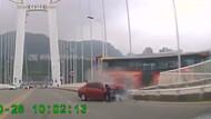 Korkunç görüntüler! Yolcu şoföre saldırdı otobüs köprüden aşağı düştü