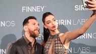 Messi'nin elini ayağına dolaştı! Güzel model Yael Shelbia ile zor anlar