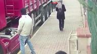 Yoldan geçenlere cinsel organını gösteren sapık kameralara takıldı
