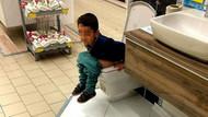 AVM'de görenleri şoke eden görüntü! Bir anda tuvaletini yaptı