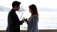 Ufak Tefek Cinayetler'in 22. bölümünde başbaşa romantik anlar
