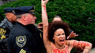 Bill Cosby'ye Cosby Ailesi dizi oyuncusundan üstsüz protesto
