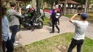 Gazetecilerden saldırıya uğradık ihbarıyla gelen polislere sürpriz kutlama