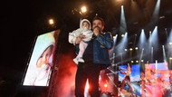 Kenan Doğulu konserde binlerce seyirci arasından gördüğü bebeği istedi