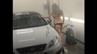 Bikiniyle araba yıkarken yere yapıştı!