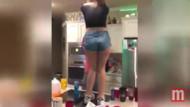 Masanın üstünde dans eden genç kız fena düştü