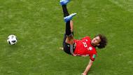 Sırt üstü düşen Mısırlı futbolcu yürekleri ağza getirdi