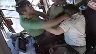 Öfkeli yolcu, seyir halindeki halk otobüsünde şoföre seri yumruklarla saldırdı