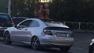 Trafik sıkışınca, üstü açık arabada cinsel ilişkiye girdiler