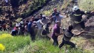 Devrilen araçtaki yaralı askerleri vatandaşlar kurtardı
