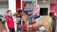 Atıyla akaryakıt istasyonuna geldi