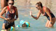 Ebru Akel oğluna yüzme öğretti