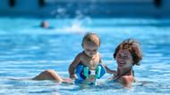 Antalya'da turistlerin havuz keyfi