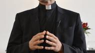 Arabada sevişirken yakalanan rahipler gözaltına alındı