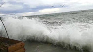 Büyükçekmece'de dev dalgalar çay bahçesini vurdu