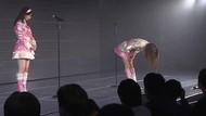 Ünlü şarkıcıdan şaşırtan hareket! Sahnede hayranlarından özür diledi